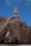 Liten slott på en klippa ovanför havet Royaltyfria Bilder