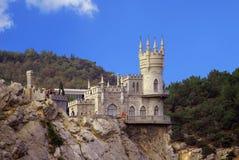 Liten slott på en klippa ovanför havssvalas rede Royaltyfri Fotografi