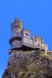 Liten slott på en klippa ovanför havssvalas rede Royaltyfria Bilder