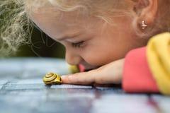 liten snail för flicka royaltyfria bilder