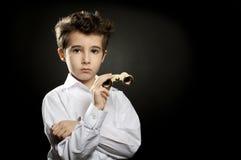 Liten snobish pojke med teaterkikare Arkivfoton