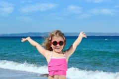 liten solglasögon för strandflicka Arkivbilder