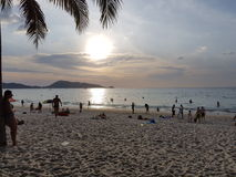 Liten solnedgång Kamala Beach Arkivfoton