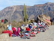 Liten souvenirmarknad på Mirador Cruz del Condor i den Colca kanjonen Arkivbilder