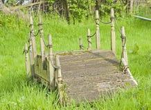 Liten spång i en trädgård Arkivbild