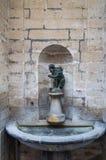 Liten springbrunn med statyn nära Grand Place Bryssel Fotografering för Bildbyråer