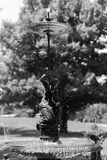 Liten springbrunnkvinna med ett paraply Arkivfoto