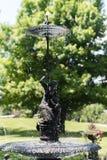 Liten springbrunnkvinna med ett paraply Royaltyfria Bilder