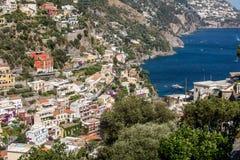 Liten stad av Positano längs den Amalfi kusten Arkivfoton