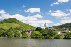 Liten stad Bullay längs den tyska floden Moselle Arkivfoto
