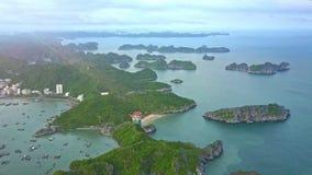 Liten stad för flyg- sikt som lokaliseras på ön Hilly Lands i havet