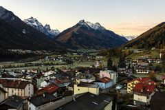 Liten stad Fulpmes i den alpina dalen, Tirol, Österrike fotografering för bildbyråer