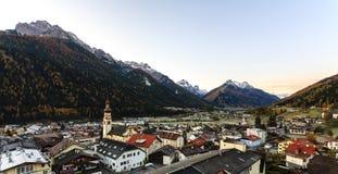 Liten stad Fulpmes i den alpina dalen, Tirol, Österrike arkivbild