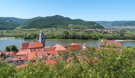 Liten stad i den Wachau dalen med Danube River i Österrike Arkivbilder