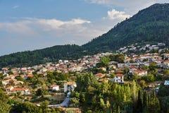 Liten stad på bergssidan Royaltyfria Bilder