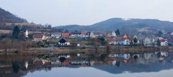 Liten stad på Elbe arkivbild