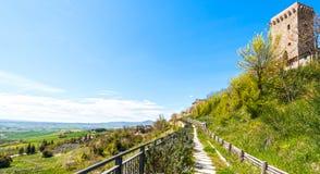Liten stad på en kulle i Italien Arkivfoto