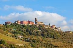Liten stad på kullen i Piedmont, Italien Arkivbild