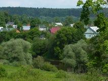 Liten stad på kusten av den Protva floden Royaltyfria Bilder