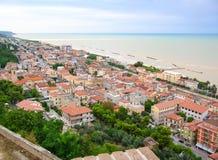 Liten stad på havet Arkivbilder