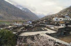 Liten stad som är borttappad i berg Arkivfoto