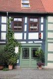 Krokigt korsvirkes- hus i Uckermarken Royaltyfria Foton
