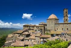 Liten stad Volterra i Tuscany Royaltyfria Bilder