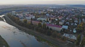 Liten stadpanoramautsikt från över in hösten över den Uzh floden Uzhhorod Ukraina Europa under solnedgången stock video