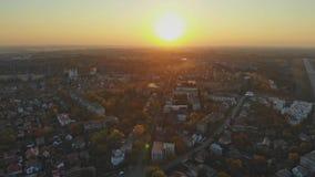 Liten stadpanoramautsikt från över in hösten Uzhhorod Ukraina Europa under solnedgången lager videofilmer