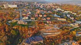 Liten stadpanoramautsikt från över in hösten Uzhhorod Ukraina Europa under solnedgången arkivfilmer