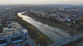 Liten stadpanoramautsikt från över in hösten Uzhhorod Ukraina Europa under solnedgången över den Uzh floden stock video