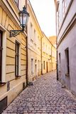 Liten stadsgata i mitt av Prague, Tjeckien royaltyfria bilder
