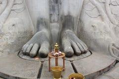 Liten staty av Bahubali på foten av den gigantiska stauen av Gomateshwara i Sravanabelagola Royaltyfria Foton