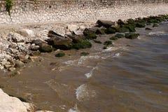 liten stenig strand i Formia Arkivbilder