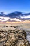 Liten stenig udde som sträcker in i havet royaltyfri fotografi