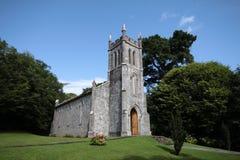 Liten stenkyrka i det irländska landet Royaltyfria Bilder