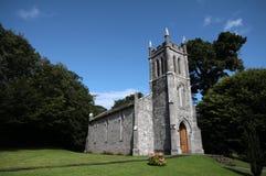 Liten stenkyrka i det irländska landet Royaltyfri Fotografi