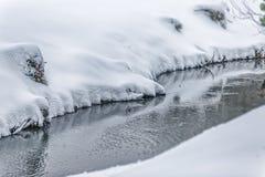Liten ström i snö fotografering för bildbyråer