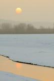 Liten ström som flödar på vintern under soluppgången Royaltyfria Foton