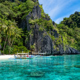 Liten strand i El Nido, Palawan - Filippinerna Royaltyfri Bild
