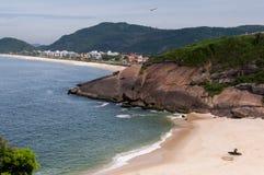 Liten strand i Niteroi, Brasilien Royaltyfria Foton