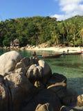 Liten strand med longtailfartyg royaltyfri foto