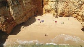 _ Liten strand med turister, i fjärden Ponta de Piedade lager videofilmer