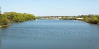 Liten stugabosättning på bankerna av floden Arkivbilder