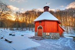Liten stugakyrka i vinterlandskap Arkivbilder