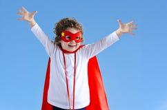 Liten superherobarnflicka royaltyfri fotografi