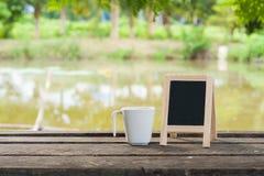 Liten svart tavla på den lantliga wood tabellen Arkivbilder