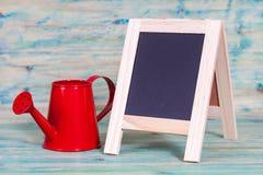 Liten svart tavla på gammalt trä Fotografering för Bildbyråer