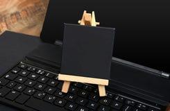 Liten svart tavla på tangentbordtangenter med kopieringsutrymme Royaltyfri Bild