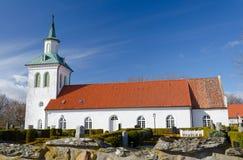 Liten svenskkyrka i vårsäsong Arkivbilder